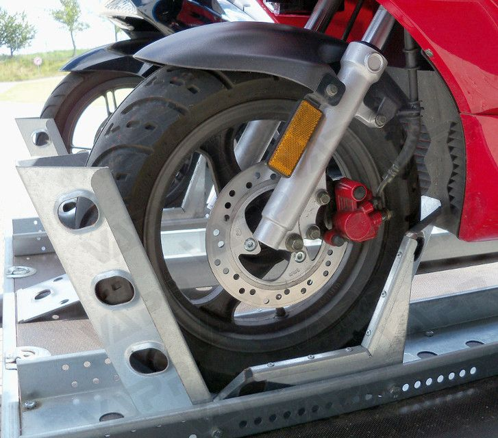 Držák motocyklu s automatickým zajištěním (pojezdová lyžina), délka 2495 mm, šířka 190 mm, obr. 3