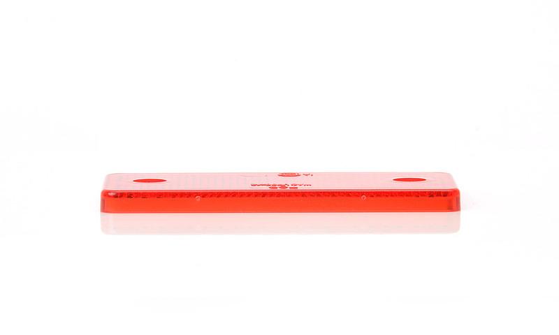 Odrazka červená, obdélníková, 96×42 mm s otvory, obr. 2